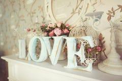 Lettres d'AMOUR sur le fond floral Image stock