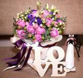 Lettres de bouquet et d'amour de fleur Photos stock