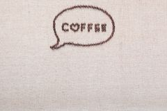 Lettres de café en nuage d'entretien des grains de café sur la toile de toile disposée au centre supérieur image stock