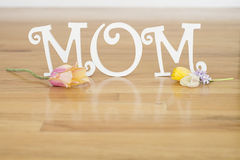 Lettres de jour de mère avec des fleurs et des pétales Images libres de droits