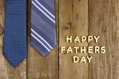Lettres de jour heureuses de pères avec des liens sur le bois rustique Image stock