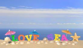 Lettres de mer d'amour sur un sable de plage Photo stock