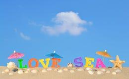 Lettres de mer d'amour sur un sable de plage Image libre de droits