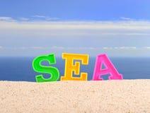 Lettres de mer sur un sable de plage Images libres de droits