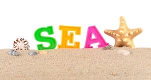 Lettres de mer sur un sable de plage sur un blanc Image stock