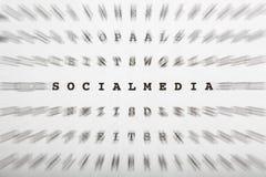 Lettres de mots croisé, foyer sur le media de social de mot image stock