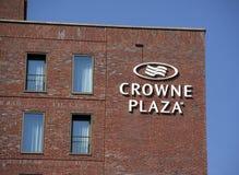 Lettres de plaza de Crowne sur un mur à Amsterdam Photographie stock