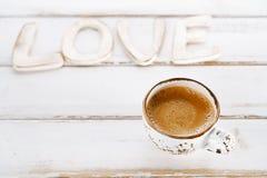 Lettres de signe d'AMOUR avec la tasse de café d'expresso Image libre de droits