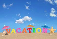Lettres de vacances sur un sable de plage Photos stock