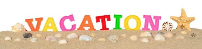 Lettres de vacances sur un sable de plage sur un blanc Images stock