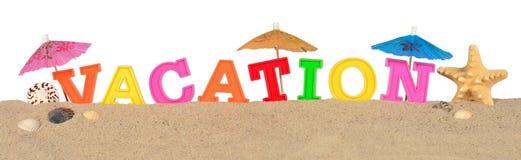 Lettres de vacances sur un sable de plage sur un blanc Photos libres de droits
