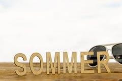 Lettres en bois établissant l'été de mot Photos stock