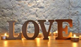 Lettres en bois avec amour de mot Photo stock