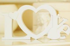 Lettres en bois blanches formant le mot AMOUR Image libre de droits