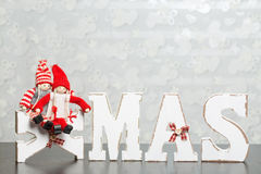 Lettres en bois blanches sur la table en bois brune formant l'esprit du mot Noël Photographie stock libre de droits
