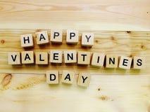 Lettres en bois d'alphabet de bloc de valentine de jour heureux du ` s Photographie stock