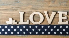 Lettres en bois d'amour sur le fond rustique Images stock