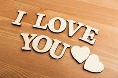 Lettres en bois de vintage formant avec l'expression je t'aime Photo libre de droits