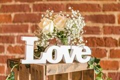 Lettres en bois formant l'amour de mot Photos libres de droits