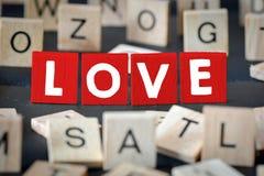 Lettres en bois orthographiant l'amour Image libre de droits