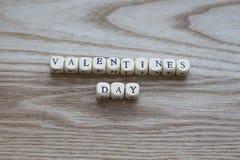 Lettres en bois orthographiant le jour de valentines sur un fond en bois Photo stock