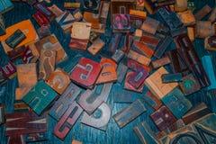 Lettres en bois sur le concepteur de table Image stock