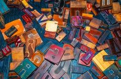 Lettres en bois sur le concepteur de table Photos stock