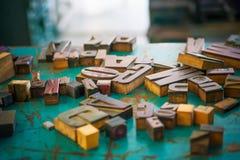 Lettres en bois sur le concepteur de table Photo libre de droits