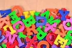 Lettres en plastique colorées d'alphabet Images libres de droits