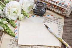 Lettres, encre et stylo de vintage Fleurs persanes blanches de renoncule Photo libre de droits