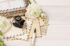 Lettres, encre et stylo de vintage Fleurs persanes blanches de renoncule Photographie stock libre de droits
