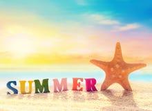 Lettres et étoiles de mer sur un sable de plage Image libre de droits