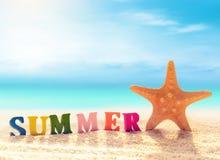 Lettres et étoiles de mer sur un sable de plage images libres de droits