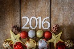 Lettres 2016 et arbre de Noël décoré sur le mur en bois Images stock