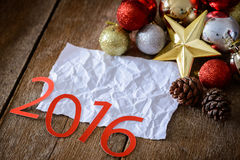 Lettres 2016 et arbre de Noël décoré sur le mur en bois Photo stock