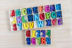 Lettres et nombre colorés d'alphabet dans une boîte en bois Image libre de droits