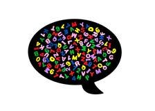 Lettres et nombres colorés dans un ballon parlant noir d'isolement sur le fond blanc Images libres de droits
