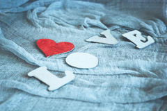 : lettres L, O, V, E et coeur rouge Image stock