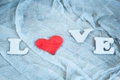 Lettres L, O, V, E et coeur rouge Images libres de droits