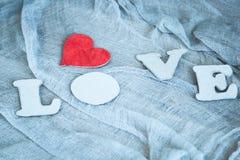 Lettres L, O, V, E et coeur rouge Photos stock