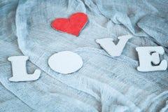 Lettres L, O, V, E et coeur rouge Photographie stock