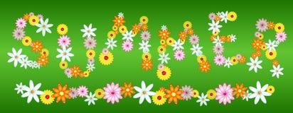 Lettres lustrées d'ÉTÉ de fleur sur le vert Photographie stock libre de droits