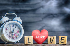 Lettres orthographiant l'amour coeur rouge et lettres en bois orthographiant le lov Photo libre de droits