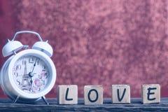 Lettres orthographiant l'amour Lettres en bois orthographiant l'amour Photo libre de droits
