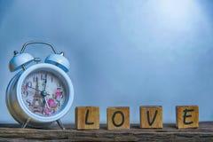 Lettres orthographiant l'amour Lettres en bois orthographiant l'amour Images stock