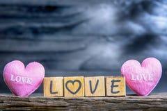 Lettres orthographiant l'amour Lettres en bois orthographiant l'amour Photographie stock libre de droits
