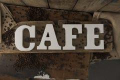 Lettres orthographiant le CAFÉ sur la surface en bois rustique Image stock