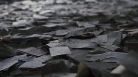Lettres, papiers et vieux grabage dans un bâtiment abandonné à Chernobyl, Pripyat, Ukraine banque de vidéos