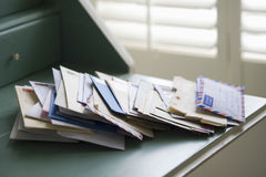 Lettres sur le bureau images libres de droits