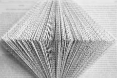 Lettres sur un papier plié par blanc Fond de culture image libre de droits